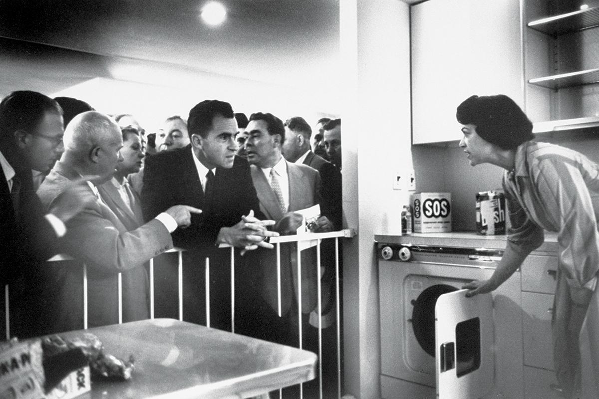 نمایشگاه پارک اسکولنیکی 1959، جایی خروشچف آشپرخانهها با نیکسون بحث میکند. شهروندان هم در حال تحسین آخرین ستهای تلویزیون بودند (HOWARD SOCHUREK/THE LIFE PICTURE COLLECTION/GETTY)