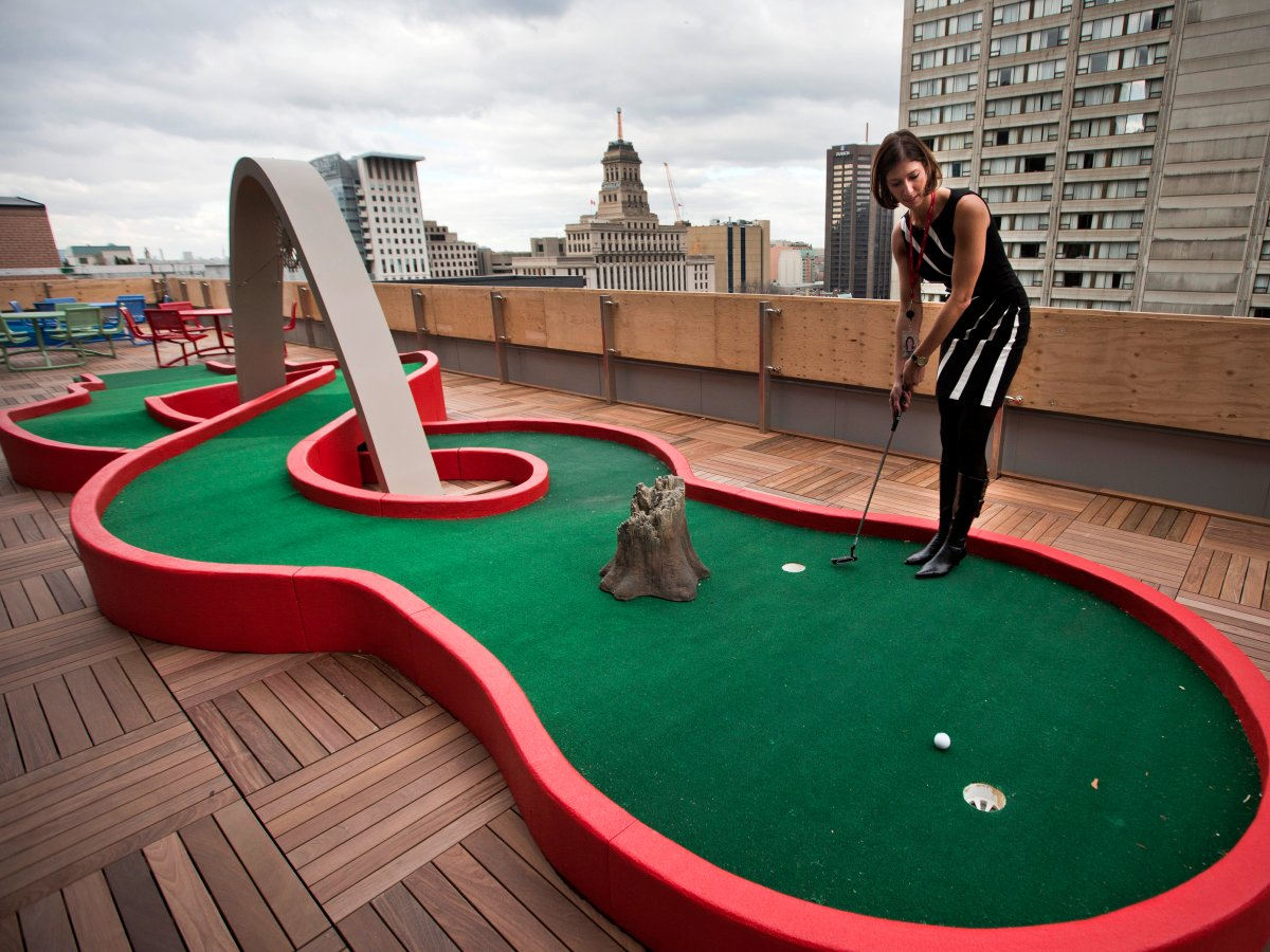 employees-in-toronto-can-play-miniature-golf-on-the-roof