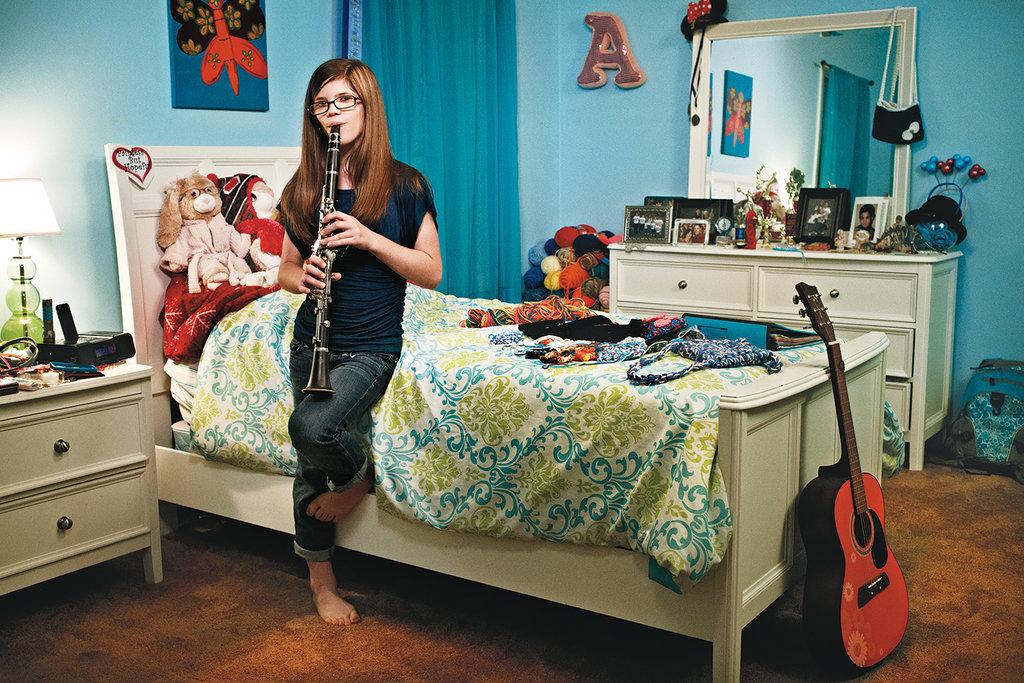 اشلی بلاکر - دخترک بی درد - در اتاقش در خانه!