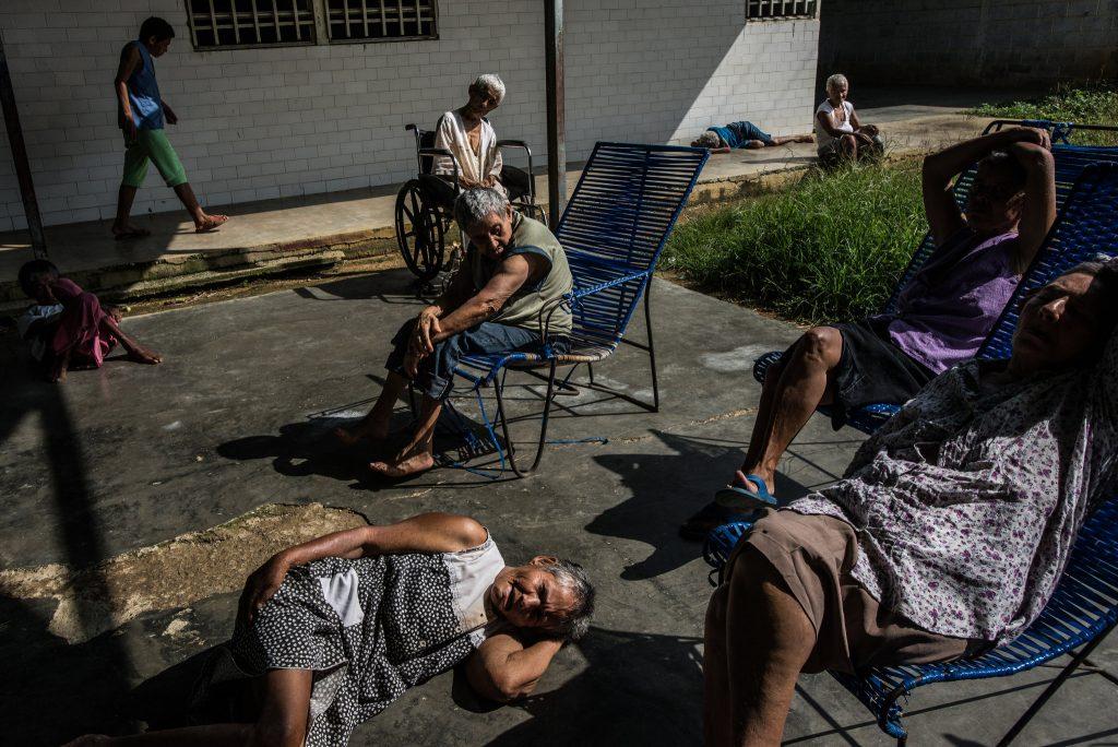 این بیماران موقع مصرف داروهایشان حال رضایتبخشی دارند، اما حالا ... . © Meridith Kohut for The New York Times