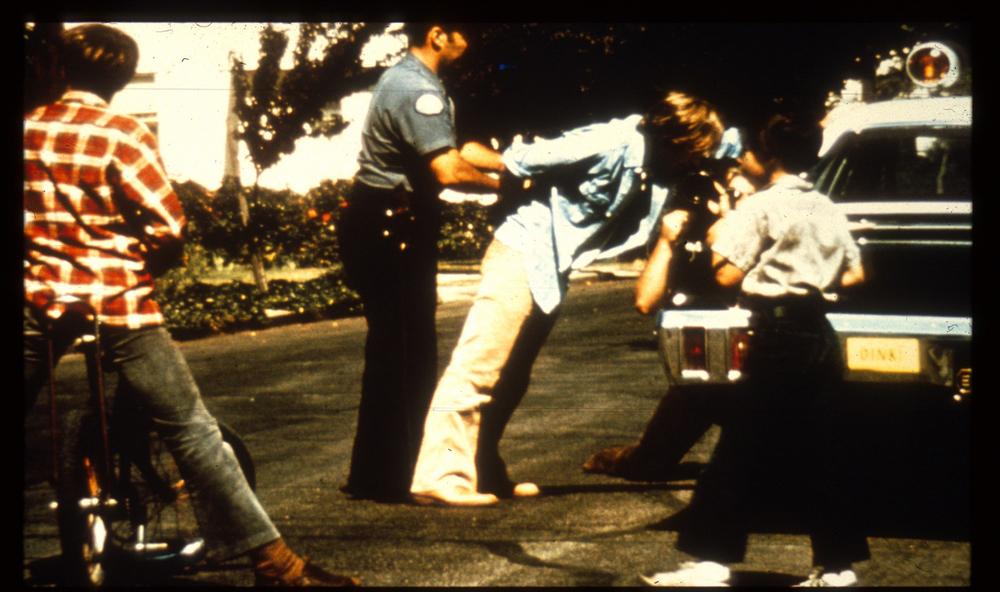 پلیس پالو آلتو در حال دستند زدن به دانشجوی مظنون. منبع: PrisonExp