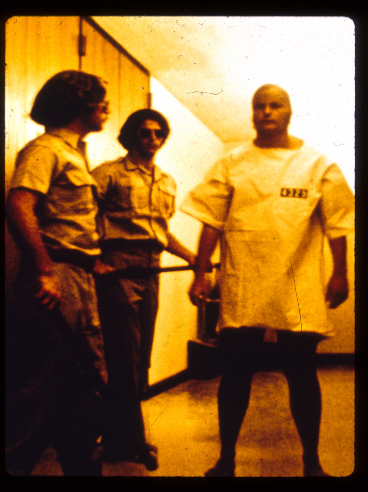 لباس فرم زندان که شمایلی همانند یک پیراهن دارد. منبع: PrisonExp