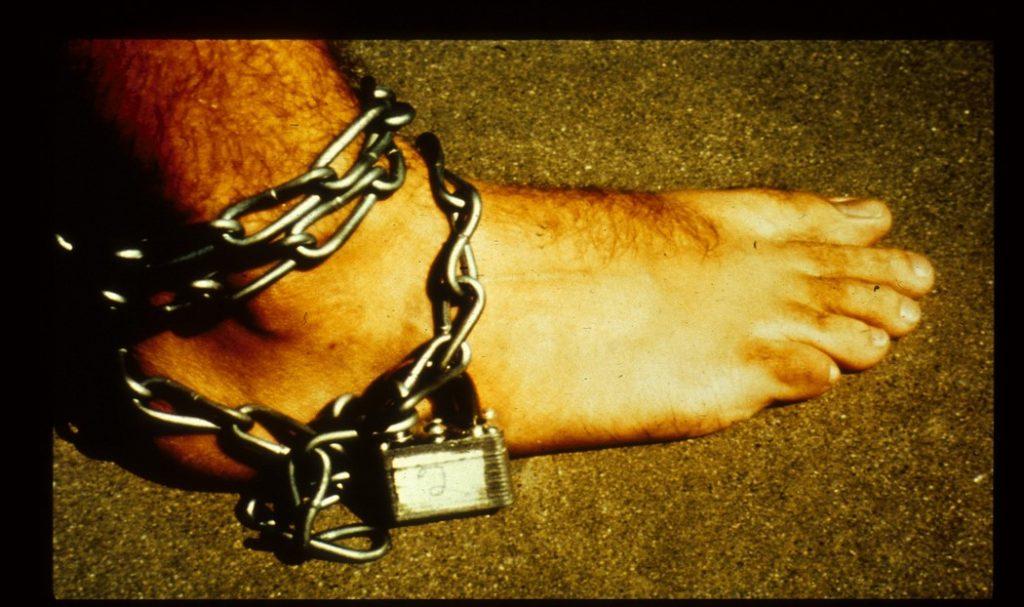 زنجیری که بر پای زندانیان قفل شده بود نقش مهمی در القای حس اسارت داشت. منبع: PrisonExp