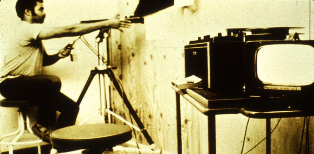 یکی از محققان در حال آمادهسازی سیستم فیلمبرداری. منبع: PrisonExp