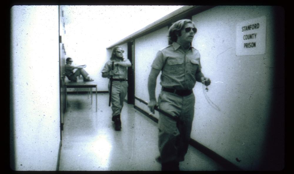 نگهبانان در تلاش برای مدیریت بحران. منبع: PrisonExp