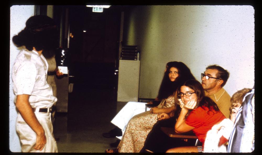 ملاقاتکنندگان در سالن انتظار. منبع: PrisonExp