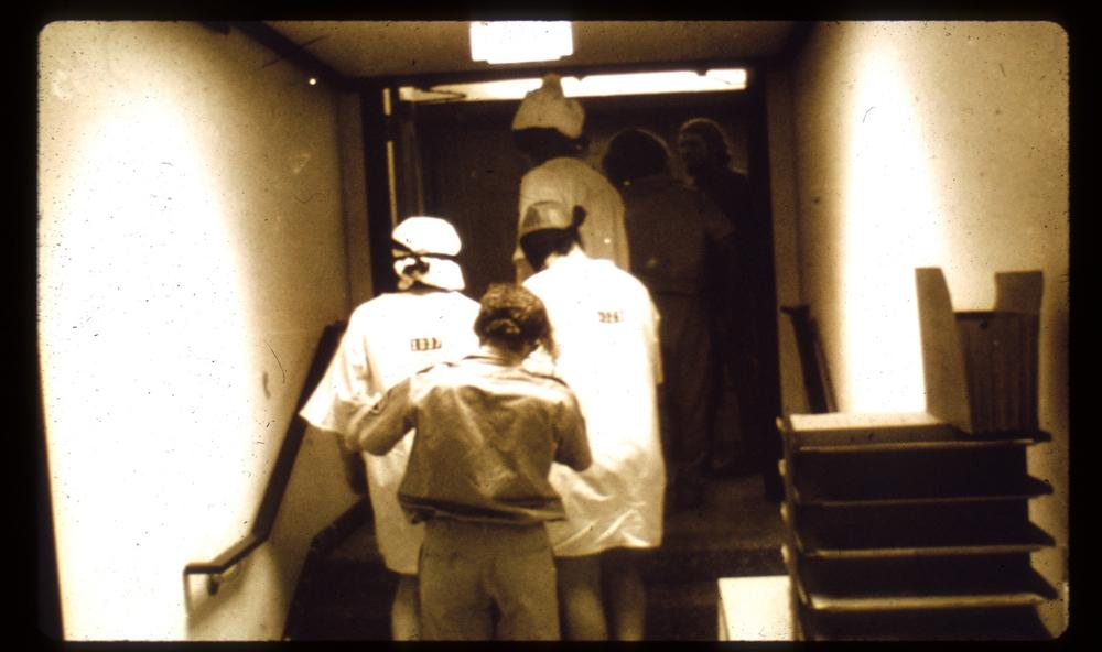 نگهبانان در حال انتقال زندانیان به طبقۀ بالا جهت جلوگیری از نقشۀ فرار. منبع: PrisonExp