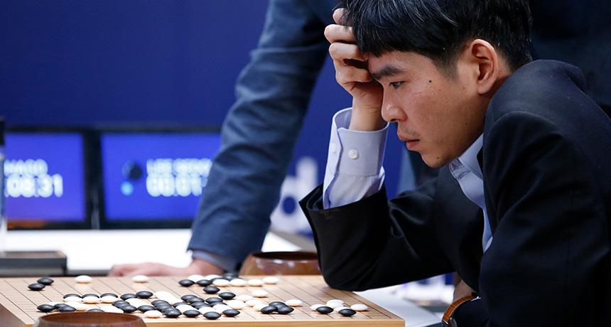 Go Game Changer آلفا-گو موفق شد در بازی گو، لی سدول (Lee Sedol) را ۴ بر ۱ شکست دهد. سدول، بازیکن حرفهای کرهای، در حال بررسی وضعیت مهرهها پس از سومین باخت خود است. منبع: Science News