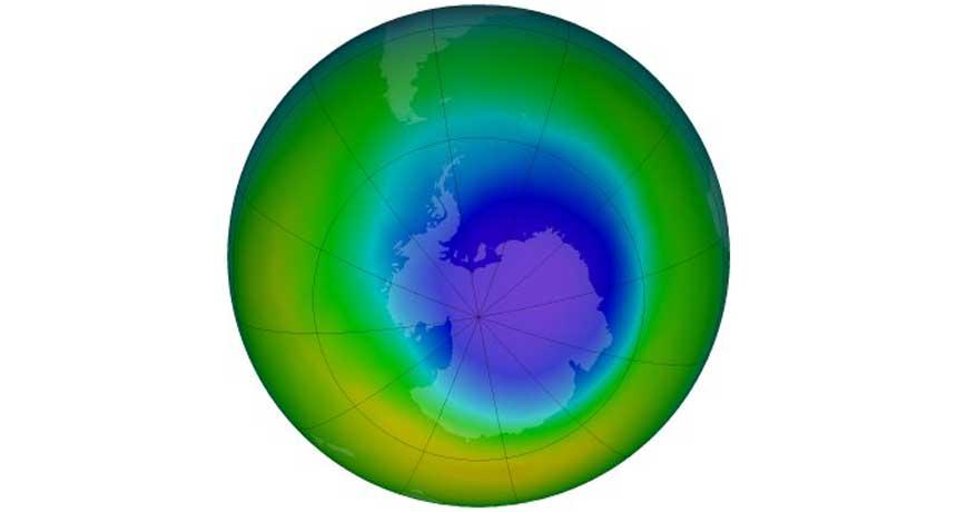 Healing Ozone نتایج مطالعات حاکی از ترمیم سوراخ لایۀ ازون در ناحیۀ قطب جنوب میباشد. قسمتهای بنفش-آبی نشاندهندۀ نواحی حاوی کمترین تراکم ازون است. منبع: Science News
