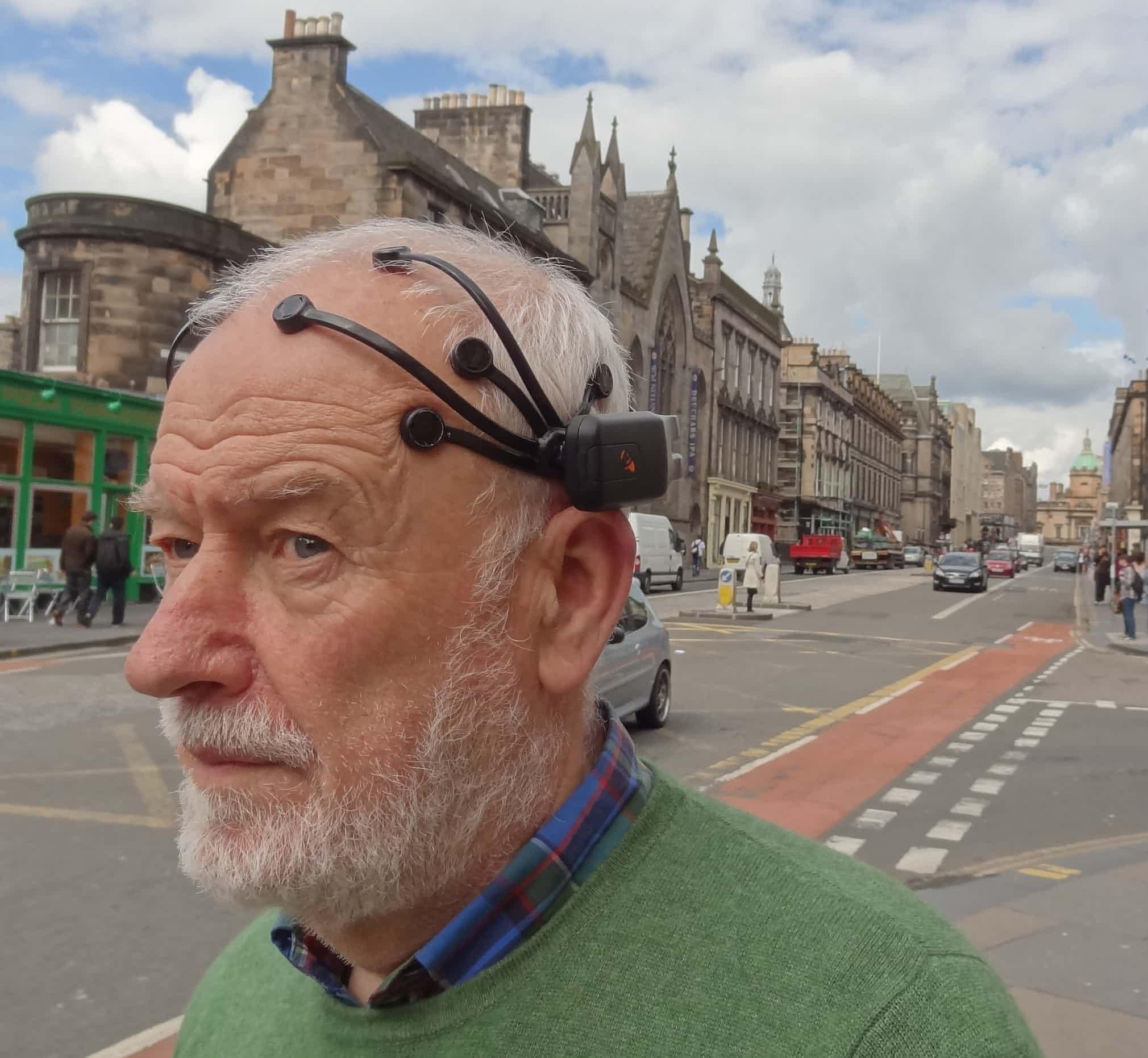 """""""مرد عنکبوتی"""" با دستگاه EEG (الکتروانسفالوگرافی) به سر که جزوی از یک آزمایش است. Richard Coyne از دانشگاه ادینبورگ"""