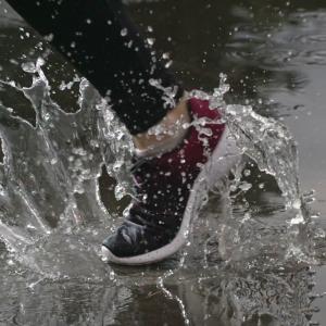 پاها، جورابها و کفشهای خیس از شرایط پرخطر برای تاول پا میباشند