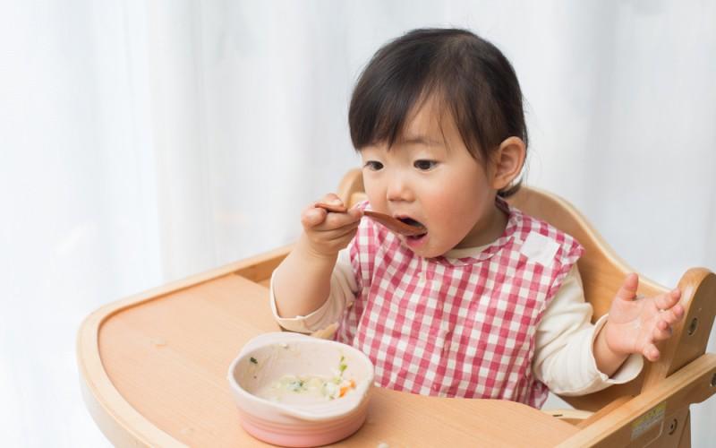 تغذیه مستقل کودک یازده ماهه