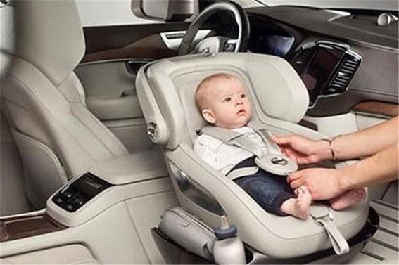 نشاندن نوزاد در صندلی کودک